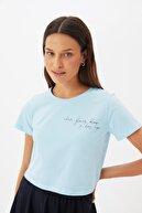 TRENDYOLMİLLA Mavi Baskılı Crop Örme T-Shirt TWOSS21TS1274