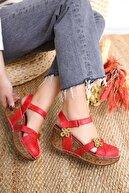 Limoya Katlyn Kırmızı Hakiki Deri Çiçek Detaylı Burnu Kapalı Dolgu Topuklu Sandalet