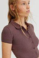 Pull & Bear Kadın Çikolata Kahve Düğmeli Fitilli Kısa Kollu Polo Yaka T-Shirt 08240373