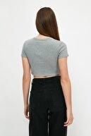 TRENDYOLMİLLA Gri Baskılı Crop Örme T-Shirt TWOSS21TS1281