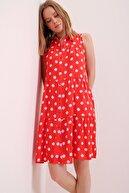 Trend Alaçatı Stili Kadın Mercan Puantiyeli Volanlı Kolsuz Dokuma Elbise