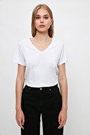 TRENDYOLMİLLA Siyah-Beyaz %100 Pamuk Süprem V Yaka 2'li Paket Örme T-Shirt TWOSS20TS0142