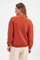 TRENDYOLMİLLA Kiremit Dik Yaka Loose Örme Şardonlu Sweatshirt TWOAW20SW0584