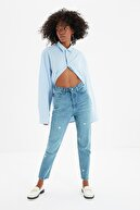 TRENDYOLMİLLA Mavi Yıldız Nakış İşlemeli Yüksek Bel Mom Jeans TWOSS21JE0453