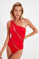 TRENDYOLMİLLA MOEVA X Trendyolmilla Kırmızı Metal Aksesuar Detaylı Tek Omuz Mayo TBESS21MA0400
