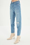 TRENDYOLMİLLA Mavi Yırtık Detaylı Yüksek Bel Mom Jeans TWOSS21JE0152