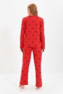 TRENDYOLMİLLA Kırmızı Kalp Desenli Örme Pijama Takımı THMAW21PT0548