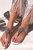 MaiaMarca Kadın Beyaz Taşlı Parmak Arası Sandalet