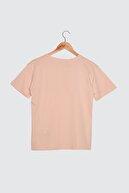 TRENDYOLMİLLA Pudra Semifitted Nakışlı Örme T-Shirt TWOSS21TS0338