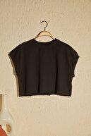 TRENDYOLMİLLA Siyah Crop Örme T-Shirt TWOSS20TS1257