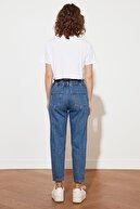 TRENDYOLMİLLA Mavi Petite Beli Büzgülü Önden Düğmeli Yüksek Bel Relaxed Mom Jeans TWOSS21JE0473