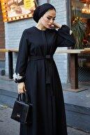 TUBA MUTİOĞLU Çiçek Ferace Elbise Siyah Komple Gizli Düğmeli Gizli Cepli Çiçek Aplik Detaylı