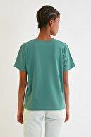 TRENDYOLMİLLA Yeşil Semifitted Nakışlı Örme T-Shirt TWOSS21TS0338
