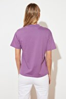 TRENDYOLMİLLA Mor Baskılı Dik Yaka Basic Örme T-Shirt TWOSS21TS2531