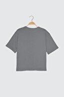 TRENDYOLMİLLA Gri Baskılı Loose %100 Organik Pamuk Örme T-Shirt TWOSS21TS2382