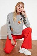 TRENDYOLMİLLA Gri Örme Patch Detaylı Sweatshirt TWOSS21SW0074