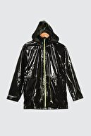 TRENDYOLMİLLA Siyah Kapüşonlu Neon Fermuarlı Rugan Mont TWOSS21MO0066
