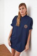 TRENDYOLMİLLA Lacivert Partch Detaylı Kapüşonlu Örme Elbise TWOSS21EL0317