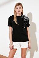 TRENDYOLMİLLA Siyah Baskılı Boyfriend Örme T-Shirt TWOSS20TS0707