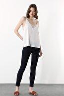 Network Kadın Slim Fit Ekru V Yaka Askılı Dantelli Bluz 1078844