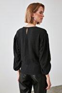 TRENDYOLMİLLA Siyah Kolları Büzgülü Bluz TWOAW21BZ0713