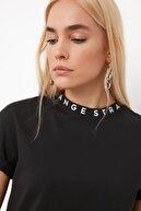 TRENDYOLMİLLA Siyah Yakası Baskılı Basic Örme T-shirt TWOAW20TS0099