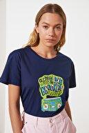 TRENDYOLMİLLA Lacivert Bisiklet Yaka Semi-Fitted Baskılı Örme T-Shirt TWOSS21TS2936