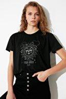 TRENDYOLMİLLA Siyah Lurex Nakışlı Semi-Fitted Örme T-Shirt TWOSS21TS2070