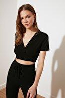 TRENDYOLMİLLA Siyah Crop Bağlama Detaylı Örme Bluz TWOSS21BZ1464