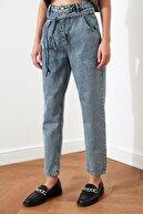 TRENDYOLMİLLA Mavi Bağlama Detaylı Yüksek Bel Mom Jeans TWOAW20JE0189