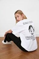TRENDYOLMİLLA Beyaz Baskılı Boyfriend Örme T-Shirt TWOSS21TS0771