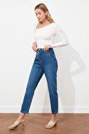 TRENDYOLMİLLA Mavi Asimetrik Kapamalı Yüksek Bel Mom Jeans TWOSS21JE0241