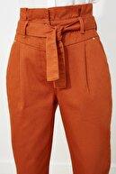 TRENDYOLMİLLA Kiremit Kemerli Pileli Süper Yüksek Bel Mom Jeans TWOSS21JE0265