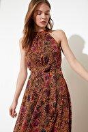 TRENDYOLMİLLA Turuncu Kuşaklı Çiçek Desenli Halter Yaka Elbise TWOSS20EL2536