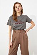 TRENDYOLMİLLA Gri Baskılı Semi-fitted Örme T-Shirt TWOSS21TS0534