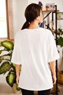 armonika Kadın Beyaz Brooklyn Yazılı Yuvarlak Yaka Yanı Yırtmaçlı T-Shirt ARM-21K012027