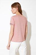 TRENDYOLMİLLA Gül Kurusu Nakışlı Semifitted Örme T-Shirt TWOSS21TS0834