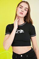 TRENDYOLMİLLA Siyah Baskılı Super Crop Fitilli Örme Bluz TWOSS21BZ1173