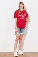 TRENDYOLMİLLA Kırmızı Baskılı Boyfriend Örme T-Shirt TWOSS21TS0743