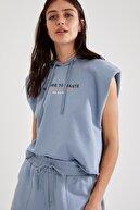 Defacto Kadın Mavi Slogan Baskılı Kapüşonlu Vatka Kollu Crop Sweatshirt