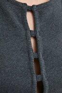 TRENDYOLMİLLA Antrasit Cut Out Detaylı Crop Örme Bluz TWOSS21BZ0740