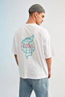 TRENDYOL MAN Beyaz Erkek Oversize Bisiklet Yaka Baskılı T-Shirt TMNSS21TS1219