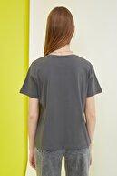 TRENDYOLMİLLA Antrasit ACDC Lisanslı Baskılı Semifitted Örme T-Shirt TWOSS21TS0012