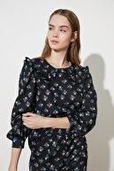 TRENDYOLMİLLA Siyah Yaka Detaylı Desenli Örme Bluz TWOSS21BZ0630
