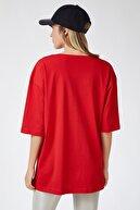 Happiness İst. Kadın Kırmızı Baskılı Oversize Uzun Penye T-shirt ZV00105