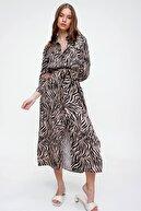 Trend Alaçatı Stili Kadın Bej Desenli Yırtmaç Detaylı Dokuma Gömlek Elbise ALC-X6006