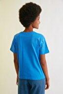 TRENDYOLMİLLA Saks Semifitted Baskılı Örme T-Shirt TWOSS21TS0338