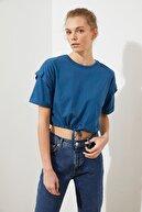 TRENDYOLMİLLA Indigo Bağlama Detaylı Crop Örme T-Shirt TWOSS20TS1232