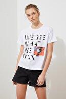TRENDYOLMİLLA Beyaz Baskılı Semifitted Örme T-Shirt TWOSS21TS1767