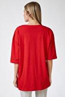 Happiness İst. Kadın Kırmızı Baskılı Oversize Uzun Penye T-shirt ZV00104